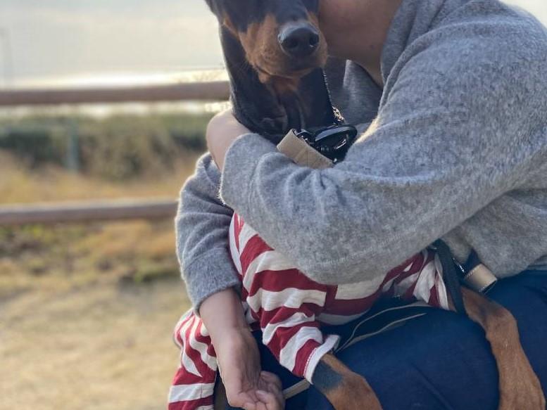 犬を抱きしめる女性の写真 顔は写っていない