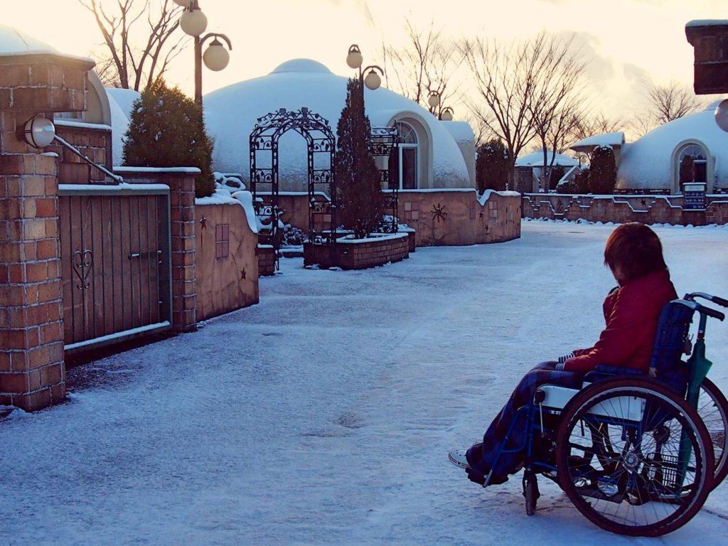 1人で車椅子に乗った女性